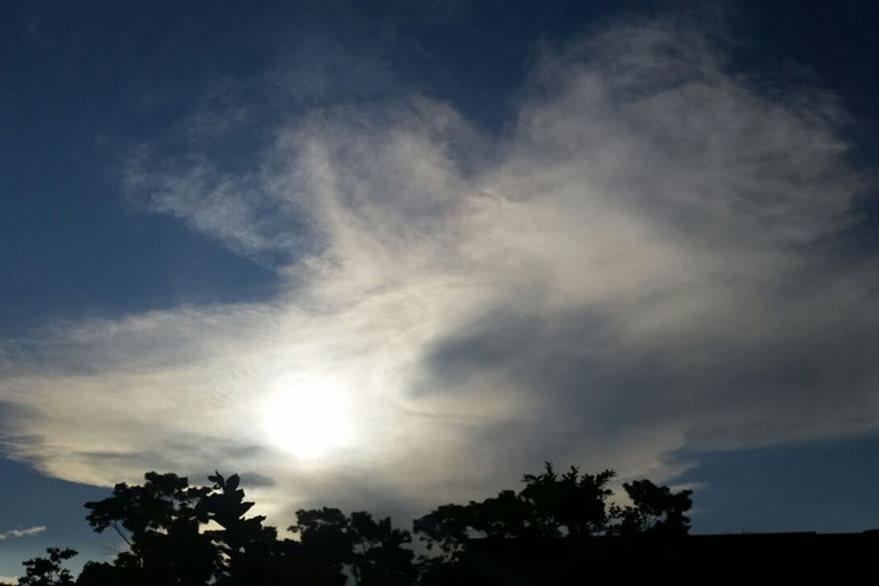 En Coatepeque, Quetzaltenango, se aprecia una extensa columna de humo y ceniza del volcán Santiaguito. (Foto Prensa Libre: Alexánder Coyoy)