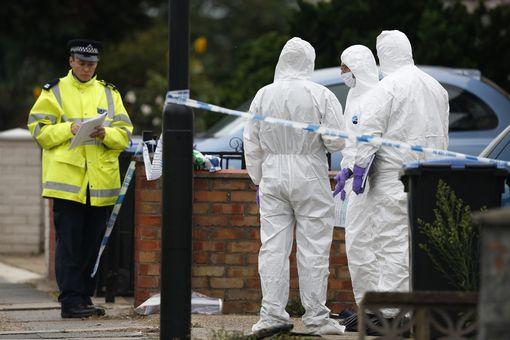 Investigadores acudieron a los llamados de emergencia después que el hombre amenazaba con hacer más daño. (Foto: Mirror.com.uk).