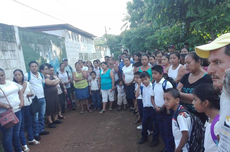 El martes, desde temprano, padres de familia y alumnos esperaron a los maestros para poner sus condiciones. (Foto Prensa Libre: Rolando Miranda)