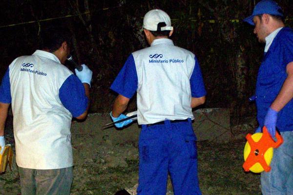 <p>Las autoridades investigan la muerte de Alexander Ramírez Gutiérrez. (Foto Prensa Libre: Edwin Perdomo).</p>