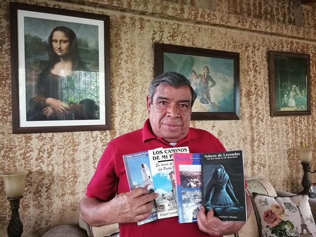 Édgar Lizardo Porres Velásquez muestra los cuatro libros que ha escrito. (Foto Prensa Libre: Oscar Felipe Quisque)