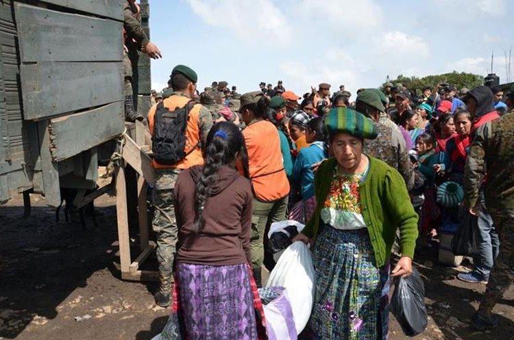 Los aldeanos fueron trasladados en camiones del Ejército.