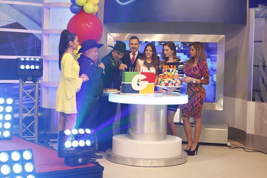 Con una vela en el pastel de cumpleaños, expresan sus buenos deseos para Guatevisión. (Foto Prensa Libre: Paulo Raquec)