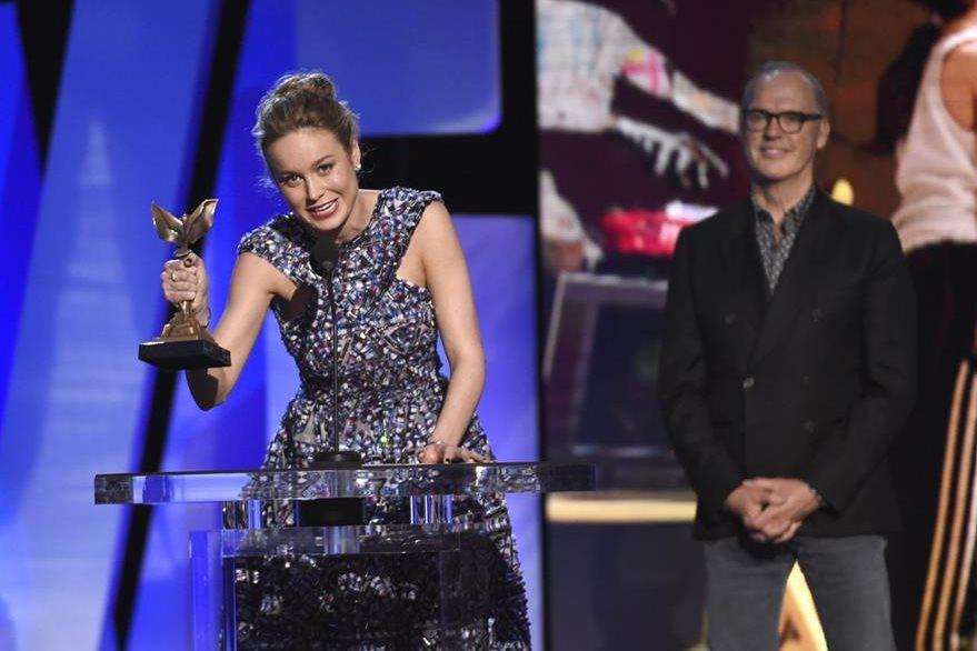 """Brie Larson recibe su galardón a mejor actriz, por la película """"Room""""."""