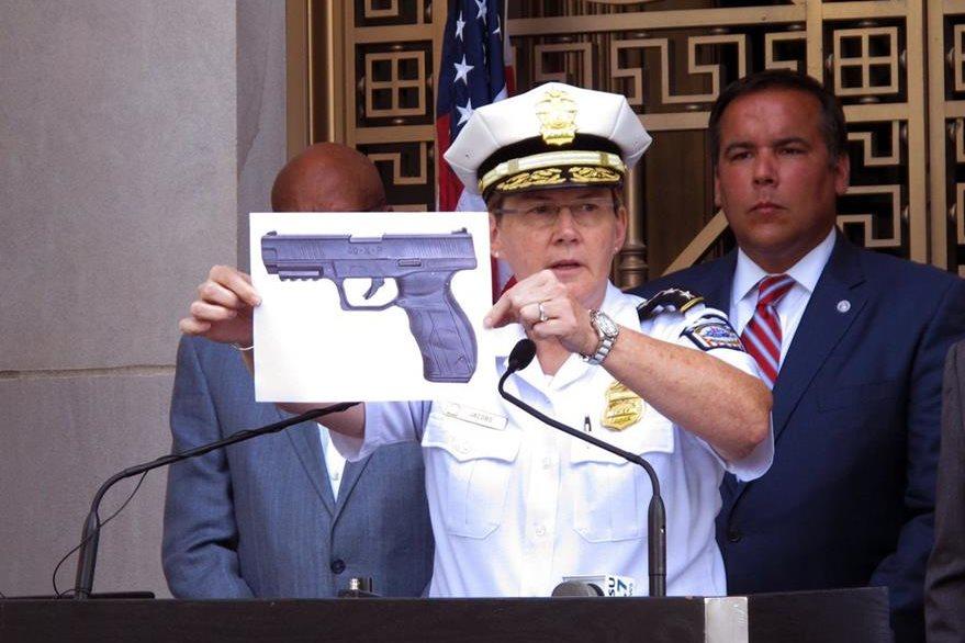 El comisario de la Policía de Columbos Kim Jacobs muestra una representación del arma de balines que cargaba el niño. (Foto Prensa Libre: AP).