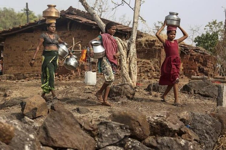 (Foto de referencia). Mujeres en un área rural de Chintamanivadi, Bombay. (Foto Prensa Libre: EFE).