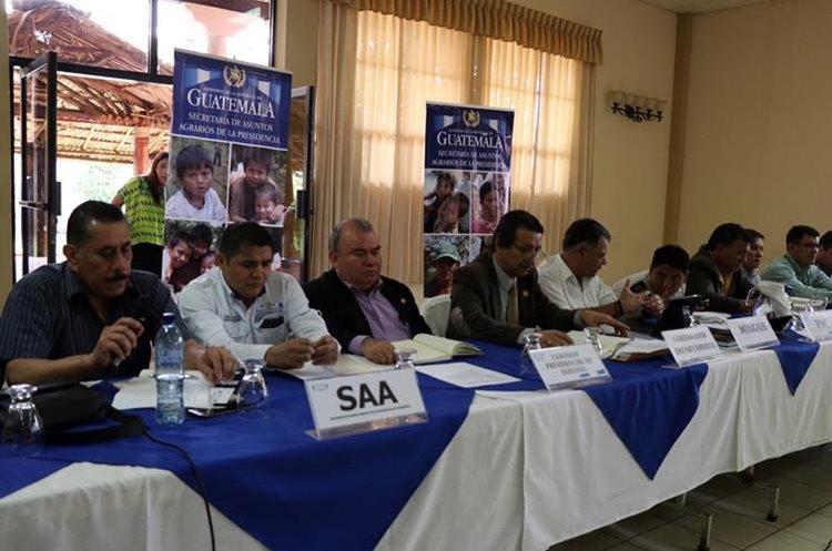 Autoridades del Gobierno presiden diálogo para reapertura de comuna de San Mateo Ixtatán, Huehuetenango. (Foto Prensa Libre: Mike Castillo)