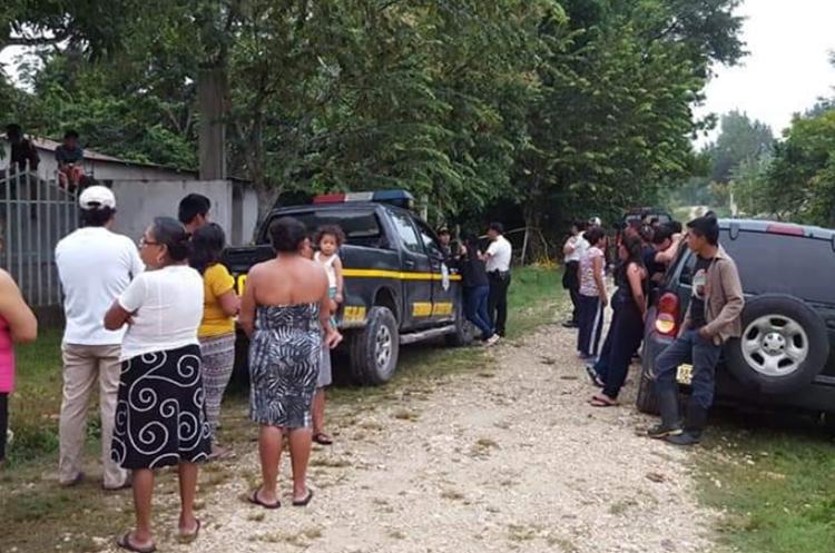 Curiosos permanecen frente a la vivienda donde fue localizado el cadáver. (Foto Prensa Libre: PNC).
