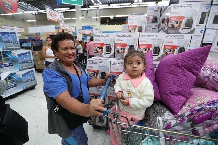 Masiva afluencia de personas en Walmart Roosevelt.  Fotografía: PAULO RAQUEC