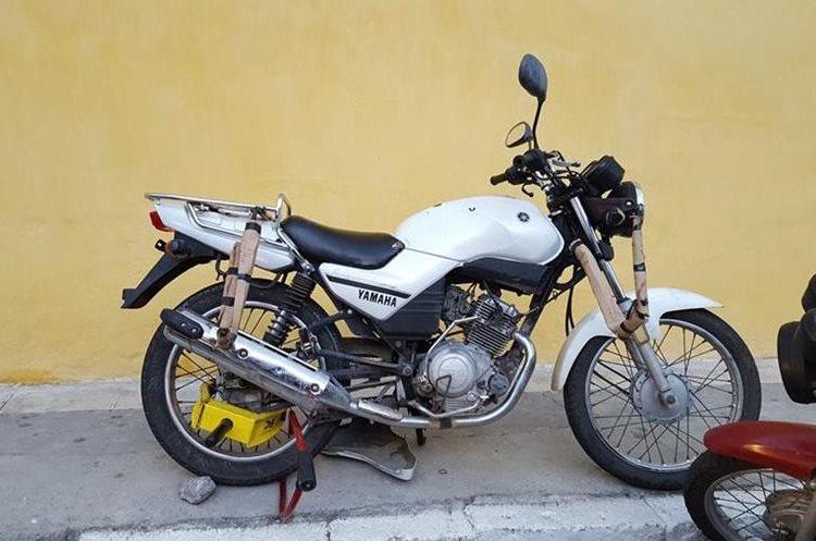 A esta motocicleta le colocaron cepo en Antigua Guatemala, durante el recorrido del cortejo procesional de La Merced, el domingo pasado. (Foto Prensa Libre: Julio Sicán)