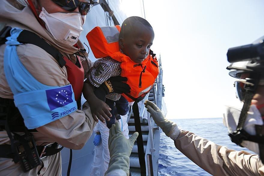 Cada día, decenas de niños son llevados por sus familias desde el norte de África hasta Europa en donde buscan un futuro mejor. (Foto Prensa Libre: AP).